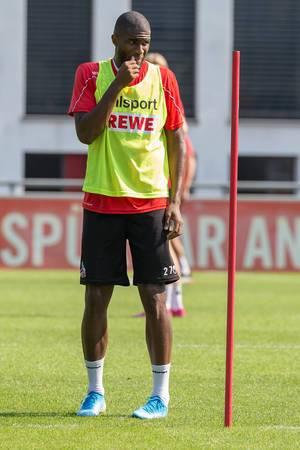 Stürmer Anthony Modeste blickt beim Fußballtraining kritisch über den Rasen