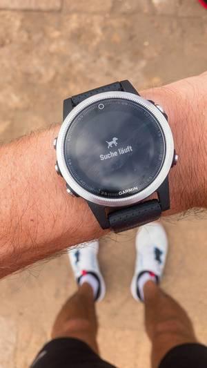 Suche läuft wird auf dem Display einer Garmin Smartwatch angezeigt