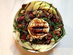 Superfood Salad Bowl mit Ziegenkäse, Apfel, Salat, Walnüssen und Cranberries.