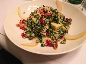 Superfood Salad mit Avocado, Quinoa, Cranberries und Feigen