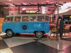 Surf and Turf - Blauer VW Bus als Stand auf Messe