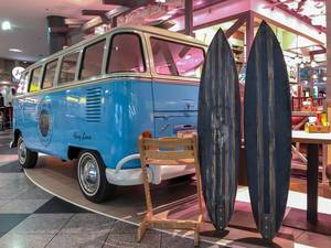 Surf and Turf - Blauer VW Bus mit Surfboards