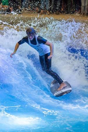 Surfing im Surfpool von Citywave bei der Boot Düsseldorf 2018