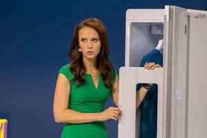 Susanne Schöne präsentiert einen digitalen Bügel-Schrank