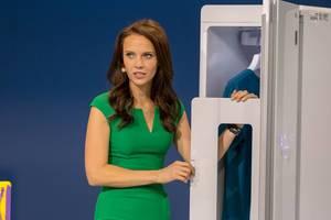 Susanne Schöne präsentiert einen digitalen Bügelschrank von LG
