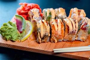 Sushi mir Soße auf einem Brettchen mit Essstäbchen