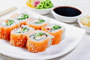 Sushi-Philadelphia mit Dip-Sauce, Ingwer und Wasabi