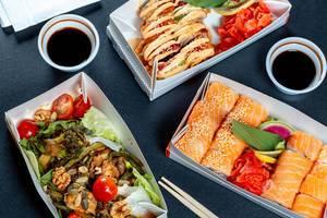 Sushi Rainbow Dragon und Philadelphia Boxen mit einem Vegetarischem Salat und Sojasoße