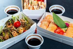 Sushi und asiatischer vegetarischer Salat von Asia-Lieferservice