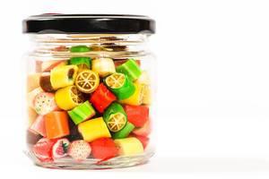 Süße Frucht-Bonbons in Zitronenform in einem Glas