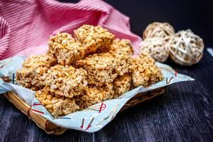 Süße Reiswürfel im Korb