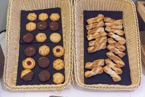 Süßes Gebäck in Körben - Süßspeisen an einem Buffet