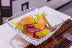 Süßigkeiten Gummitiere in Form von Fischen in Glasschale