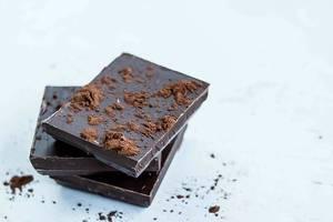 Süßigkeitschen und Nascherei mit Kakaokrümmel, gestapelt
