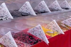 Süßwarenstand mit Boxen zum selbst zusammenstellen von Süßigkeitentüten