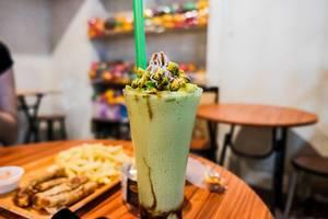 Sweet avocado smoothie with fresh avocado slices (Flip 2019)