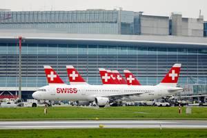 Swiss A321 Flugzeug taxiert im Flughafen Zürich