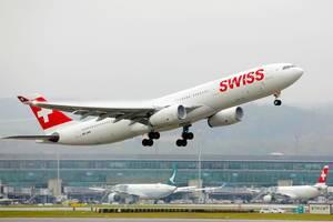 Swiss A330 Flugzeug startet vom Flughafen Zürich