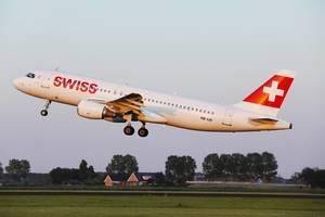 Swiss Flugzeug startet vom Amsterdam Schiphol Flughafen