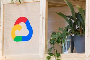 Symbol der Google Cloud Platform auf Holz gedruckt