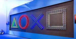 Symbole der Playstation-Knöpfe als beleuchteter Schriftzug auf der Videospielmesse Gamescom