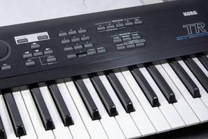 Synthesizer-Keyboard mit schwarzen und weißen Tasten
