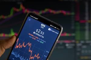 Tagesüberblick von EOS am Aktienmarkt auf dem Bildschirm eines Smartphones