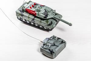 Tank-Spielzeug mit Antenna und Kontroller  auf einem Holztisch