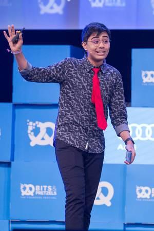 Tanmay Bakshi hebt die Hand bei einer Rede