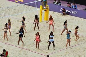 Tänzerinnen während Beachvolleyball-Finale