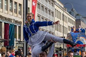 Tanzkorps des Vereins Große Braunsfelder beim Rosenmontagszug - Kölner Karneval 2018