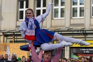 Tanzkorps des Vereins KG Original Kölsche Domputzer beim Rosenmontagszug - Kölner Karneval 2018