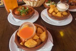 Tapas: Frittierte Kartoffeln und Hackfleischbällchen
