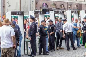 Taschenkontrolle während der Fußball-Weltmeisterschaft beim Zugang zum Roten Platz