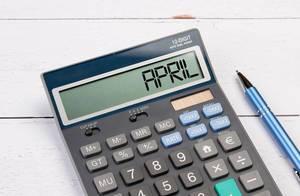 Taschenrechner zeigt das Wort April im Display an