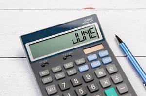 Taschenrechner zeigt das Wort Juni (June) im Display an