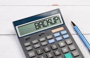 """Taschenrechner zeigt das Wort """"Backup"""" im Display an"""