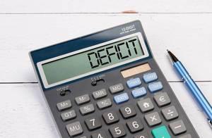 """Taschenrechner zeigt das Wort """"Defizit"""" im Display an"""