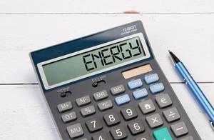 """Taschenrechner zeigt das Wort """"Energie"""" (Energy) im Display an"""