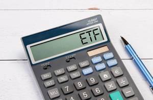 """Taschenrechner zeigt das Wort """"ETF"""" im Display an"""