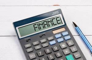 """Taschenrechner zeigt das Wort """"Finanzen"""" (finance) im Display an"""