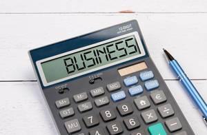 """Taschenrechner zeigt das Wort """"Geschäft"""" (Business) im Display an"""