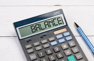 """Taschenrechner zeigt das Wort """"Gleichgewicht"""" (Balance) im Display an"""