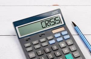 """Taschenrechner zeigt das Wort """"Krise"""" (crisis) im Display an"""