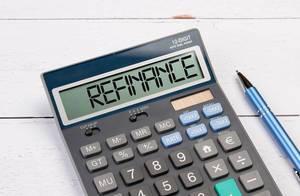 Taschenrechner zeigt das Wort Refinanzierung (refinance) im Display an