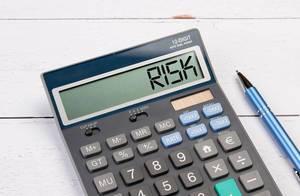 Taschenrechner zeigt das Wort Risiko (risk) im Display an