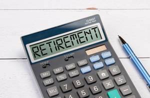 Taschenrechner zeigt das Wort Ruhestand / Pensionierung (Retirement) im Display an