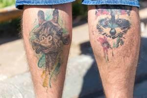 Tattoos von Tieren auf den Unterschenkeln: Giraffe und Waschbär