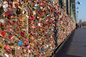 Tausende von Schlössern hängen an der Kölner Stadtbrücke