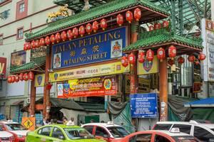 Taxis warten vor dem Eingangstor der Petailing Straße in Kuala Lumpur